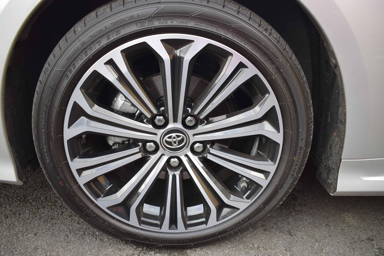 Toyota Corolla Saloon Hybrid